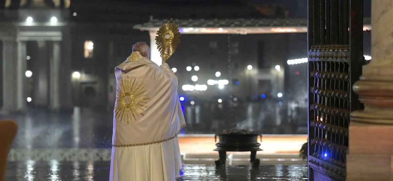 papa-francisco-imparte-una-bendicion-urbi-orbi-solo-desde-una-plaza-san-pedro-vacia-1585343077468